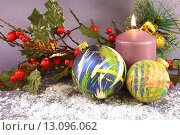 Новогодняя композиция со свечей и ёлочными шарами. Стоковое фото, фотограф Виктор Топорков / Фотобанк Лори