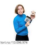 Купить «Женщина показывает макет дома и калькулятор. Расчет расходов на приобретение дома», фото № 13096974, снято 20 ноября 2015 г. (c) Наталья Осипова / Фотобанк Лори