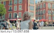 Купить «Портрет девушки в белом платье на фоне розовых домов в Ницце», видеоролик № 13097658, снято 29 октября 2015 г. (c) Denis Mishchenko / Фотобанк Лори
