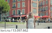 Купить «Молодая девушка в белом платье на фоне розовых домов в Ницце», видеоролик № 13097662, снято 29 октября 2015 г. (c) Denis Mishchenko / Фотобанк Лори