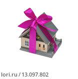 Купить «Дом в подарок в пурпурной ленте», фото № 13097802, снято 21 ноября 2015 г. (c) Геннадий Соловьев / Фотобанк Лори