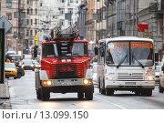 Пожарная машина и маршрутка (2015 год). Редакционное фото, фотограф Иван Маркуль / Фотобанк Лори