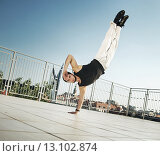 Купить «Fit guy doing push-ups with one hand», фото № 13102874, снято 6 сентября 2014 г. (c) Ingram Publishing / Фотобанк Лори