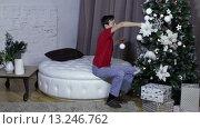 Купить «Подросток украшает новогоднюю елку», видеоролик № 13246762, снято 22 ноября 2015 г. (c) Валентин Беспалов / Фотобанк Лори