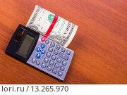 Старенький доллар и калькулятор на столе. Стоковое фото, фотограф Ткачева Татьяна Александровна / Фотобанк Лори