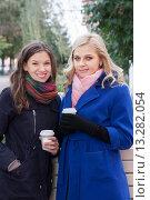 Две девушки в пальто со стаканчиками кофе. Стоковое фото, фотограф Оксана Лозинская / Фотобанк Лори