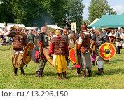 Купить «Викинги обсуждают битву. Ярмарка викингов на Аландских островах, Финляндия - одна из крупнейших в Скандинавии», фото № 13296150, снято 25 июля 2013 г. (c) Валерия Попова / Фотобанк Лори