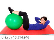 Купить «Frau mittleren Alters trainiert mit einem Gymnastikball / Mit adult woman with a fitness ball», фото № 13314946, снято 18 января 2019 г. (c) age Fotostock / Фотобанк Лори
