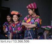 Купить «GUATAMALAN WOMEN of MAYA descent wearing traditonal brocade HUIPILS _ CHICHICASTENANGO, GAUTAMALA», фото № 13366506, снято 9 июля 2020 г. (c) age Fotostock / Фотобанк Лори