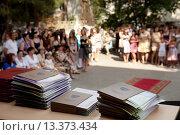 Аттестаты выпускников школы на столе. Стоковое фото, фотограф Елена Олешко / Фотобанк Лори