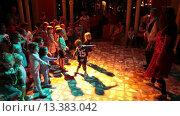 Купить «Дети развлекаются на дискотеке на территории отеля», видеоролик № 13383042, снято 24 ноября 2015 г. (c) Кекяляйнен Андрей / Фотобанк Лори