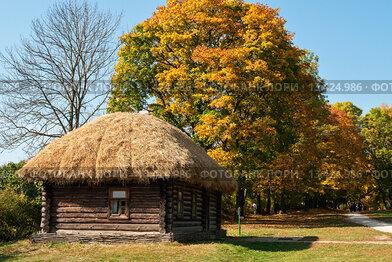 """Музей-усадьба """"Ясная Поляна"""". Кучерская на фоне осенних деревьев"""