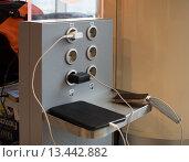 Купить «Место для подзарядки электронных устройств в аэропорту», эксклюзивное фото № 13442882, снято 7 ноября 2015 г. (c) Вячеслав Палес / Фотобанк Лори