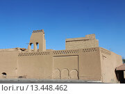 Купить «Старинные глиняные здания на улице города Йезд. Персия. Иран. Ближний Восток. Азия.», фото № 13448462, снято 12 августа 2015 г. (c) Денис Козлов / Фотобанк Лори