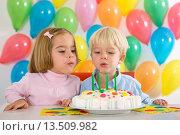 Children celebrating at a birthday party. Стоковое фото, фотограф Stuart Pearce / age Fotostock / Фотобанк Лори