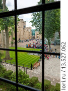 View from the Bloody Tower towards the south face of the Waterloo Barracks, Tower of London, London, England. Стоковое фото, фотограф Sebastian Wasek / age Fotostock / Фотобанк Лори