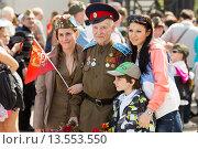 Купить «Дети дарят цветы ветерану. 9 мая 2015 года», эксклюзивное фото № 13553550, снято 9 мая 2015 г. (c) Михаил Ворожцов / Фотобанк Лори
