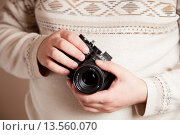 """Купить «Ретро фотоаппарат """"Зенит"""" в руках фотографа», эксклюзивное фото № 13560070, снято 18 ноября 2015 г. (c) Иван Карпов / Фотобанк Лори"""