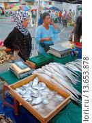 Купить «Fish Sellers & Fish Stall on Sunday Market Kuching Sarawak Borneo Malaysia», фото № 13653878, снято 25 марта 2007 г. (c) age Fotostock / Фотобанк Лори