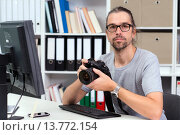 Купить «photographer working in his office», фото № 13772154, снято 3 февраля 2020 г. (c) PantherMedia / Фотобанк Лори