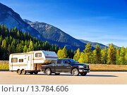 Купить «cross-country vehicle with caravan on a stopping place in a pictoresque mountain landscape, Canada, British Columbia», фото № 13784606, снято 22 октября 2018 г. (c) age Fotostock / Фотобанк Лори