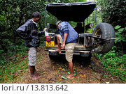 Купить «man searching for hirudineans, Sri Lanka», фото № 13813642, снято 23 января 2019 г. (c) age Fotostock / Фотобанк Лори