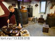 Купить «Ad Vermeij is destillateur voor Rutte destileerderij in Dordrecht. Hier wordt op traditionele en ambachtelijke manier jenever gestookt.gin distillery in Dordrecht, Holland.», фото № 13839018, снято 27 мая 2020 г. (c) age Fotostock / Фотобанк Лори
