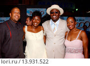 Купить «Bernie Mac with wife Rhonda (right), daughter Je´Niece & son in law Tre Childress premiere of Mr. 3000. El Capitan Theatre - Holllywood, California. September...», фото № 13931522, снято 23 июля 2013 г. (c) age Fotostock / Фотобанк Лори