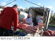 Мужчина покупает свежее мясо на рынке (2015 год). Редакционное фото, фотограф demon15 / Фотобанк Лори