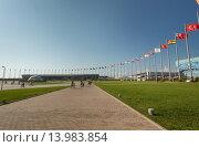 Купить «Центральная площадь в Олимпийском парке с газонами», фото № 13983854, снято 23 июля 2015 г. (c) Александр Фрейдин / Фотобанк Лори