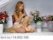 Девочка сидит на окне в окружении цветов. Стоковое фото, фотограф Максим Тимофеев / Фотобанк Лори