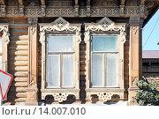 Купить «Два старинных окна в резных наличниках бревенчатого дома на улице Ленина,102 (бывшей Манежной) в городе Ельце Липецкой области», эксклюзивное фото № 14007010, снято 21 августа 2015 г. (c) stargal / Фотобанк Лори