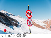 Купить «Danger sings on winter skiing resort», фото № 14035594, снято 27 февраля 2015 г. (c) Elnur / Фотобанк Лори