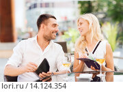 Купить «happy couple with wallet paying bill at restaurant», фото № 14124354, снято 15 июля 2015 г. (c) Syda Productions / Фотобанк Лори