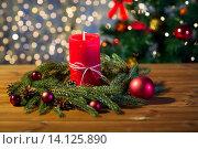Купить «fir branch wreath with candle on wooden table», фото № 14125890, снято 1 октября 2015 г. (c) Syda Productions / Фотобанк Лори