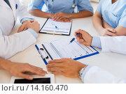 Купить «close up of doctors with clipboards at hospital», фото № 14160470, снято 14 марта 2015 г. (c) Syda Productions / Фотобанк Лори