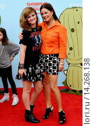 Marcia Gay Harden & daughter Eulala Scheel - Los Angeles/California/United States - CLOUDY WITH A CHANCE OF MEATBALLS 2 FILM PREMIERE (2013 год). Редакционное фото, фотограф Patrick Rideaux / age Fotostock / Фотобанк Лори