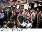 Купить «Army officers control crowd for VIP visit in Shanghai, China in 1980s», фото № 14294530, снято 20 февраля 2019 г. (c) age Fotostock / Фотобанк Лори