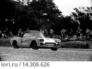 Купить «Alan Markelson's shabbily prepared Chevrolet Corvette in the RAC TT, repeatedly black-flagged for dropping oil. Goodwood, England 19th August 1961.», фото № 14308626, снято 7 ноября 2013 г. (c) age Fotostock / Фотобанк Лори