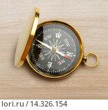 Golden vintage compass. Стоковое фото, фотограф Ярочкин Сергей / Фотобанк Лори