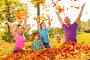 Счастливые родители с тремя детьми подбрасывают листья в осеннем парке, фото № 14338458, снято 26 сентября 2015 г. (c) Сергей Новиков / Фотобанк Лори