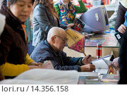 Купить «Mr Yang Peiyan, the farmer who found the Terracotta Warriors, signs books in the gift shop at Qin Museum, Xian», фото № 14356158, снято 9 июля 2020 г. (c) age Fotostock / Фотобанк Лори