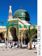 Купить «Libya, Zliten. Men Leaving the Mausoleum of Sidi Abdulsalam al-Asmar al-Fituri after prayers. Note the mixture of traditional and western-style clothing...», фото № 14391810, снято 15 января 2014 г. (c) age Fotostock / Фотобанк Лори
