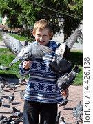 Купить «Счастливый подросток кормит голубей с рук», фото № 14426138, снято 12 августа 2015 г. (c) Землянникова Вероника / Фотобанк Лори
