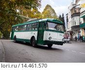 Купить «Старый троллейбус Škoda 9Tr, городской пейзаж, город Ялта республика Крым», фото № 14461570, снято 8 ноября 2015 г. (c) Вячеслав Палес / Фотобанк Лори