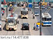 Купить «Городская остановка общественного транспорта. Трамваи и троллейбусы», фото № 14477838, снято 21 июня 2012 г. (c) Михаил Михин / Фотобанк Лори