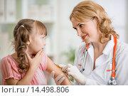 Врач делает прививку девочке. Стоковое фото, фотограф Андрей Кузьмин / Фотобанк Лори