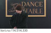 Купить «Мужчина в шапке с телефоном», видеоролик № 14514330, снято 19 ноября 2015 г. (c) Stepan Opryshko / Фотобанк Лори