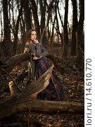 Девушка в модной одежде позирует в осеннем лесу. Стоковое фото, фотограф Pavel Reband / Фотобанк Лори
