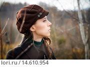 Портрет девушки в кепке и пальто на фоне осенней природы. Стоковое фото, фотограф Pavel Reband / Фотобанк Лори